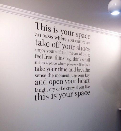 трафаретный шрифт на стене